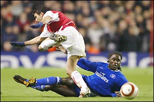 Arsenal's Jose Reyes collides with Chelsea's Mario Melchiot