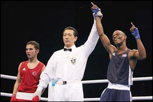 Yan Bhartelemy Varela beats Turkey's Atagun Yalcinkaya in the light flyweight final
