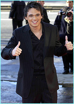 A tanned looking Gareth Gates gives the crowd a thumbs up on his way in