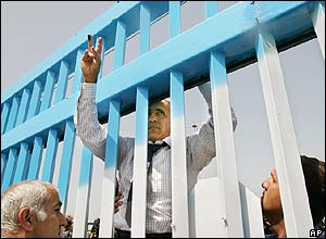 Mordechai Vanunu climbs the gates outside his former prison