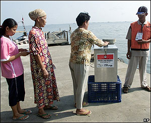 Indonesians wait in line to cast their ballots Monday, Sept. 20, 2004 at a polling station near the Java Sea in Jakarta