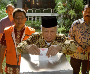 Former Indonesian President Suharto casts his vote, Sept. 20, 2004, in Jakarta