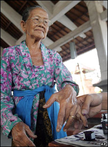 A woman from Denpasar has her finger inked after she voted in the second round of presidential elections in Bali, Sept 20, 2004