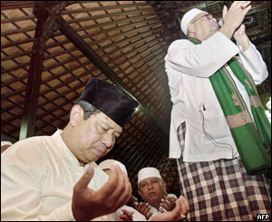 Presidential candidate Susilo Bambang Yudhoyono prays before voting in Cibubur, West Java