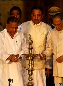 Chief Minister of Indian state of Uttar Pradesh Mulayam Singh Yadav (L) with State Governor T.S.Rajeshwar (R) light the inauguration lamp of the Taj International Tourism year.