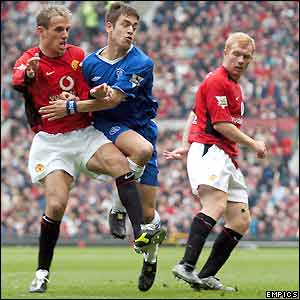 Manchester United's Phil Neville tussles with Chelsea's Joe Cole