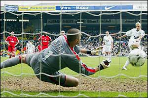 Alan Smith's penalty beats the goalkeeper