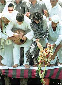 Rajiv Gandhi's widow and children scatter his ashes in the Ganges