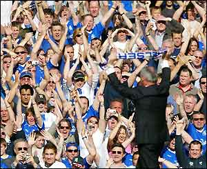 Claudio Ranieri waves a Chelsea scarf to the fans