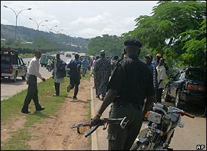 Nigerian police chase people on the street to prevent them from joining protests in Abuja