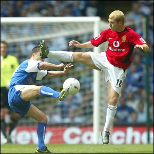 Paul Scholes and Dennis Wise fight a running battle for midfield supremacy as Millwall look to stifle their illustrious opponents