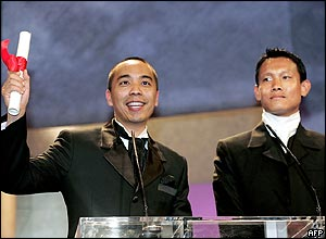 Thai director Apichatpong Weerasethakul (L) and actor Sakda Kaewbuadee accept the Jury Prize for the film Tropical Malady