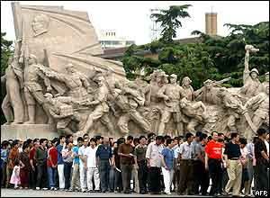 People wait in line to visit former leader Mao Zedong's mausoleum on Tiananmen Square, 04 June 2004