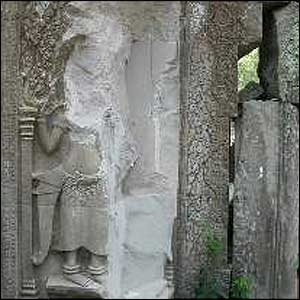 Preah Khan statue damaged by looters (courtesy of Heritage Watch)