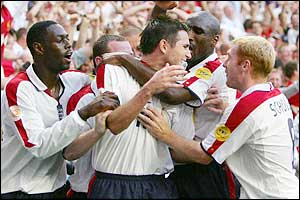 Ledley King, Sol Campbell, Wayne Rooney and Paul Scholes are the first to congratulate Lampard