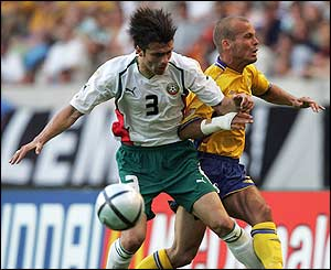 Rossen Kirilov of Bulgaria battles with Freddie Ljungberg