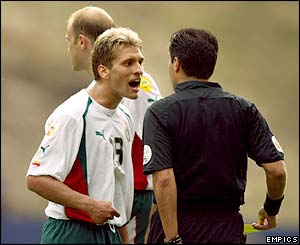Referee Lucilio Batista sends off Stilian Petrov