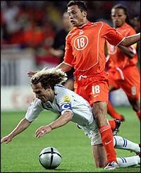 Holland's Johnny Heitinga fouls Pavel Nedved