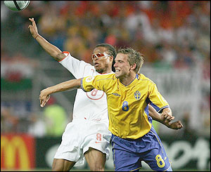 Anders Svensson holds off Edgar Davids
