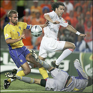 Ruud van Nistelrooy goes close