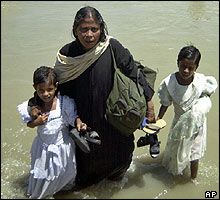 Flood victims in the Bangladeshi district of Sirajgonj.