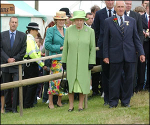 The Queen watches a dog