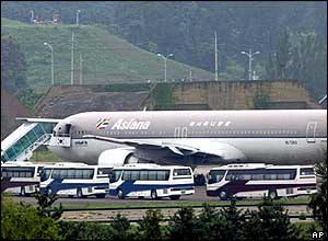 A chartered Asiana Airlines plane carrying North Korean defectors arrives at Seoul Military Airport, 27/07/04