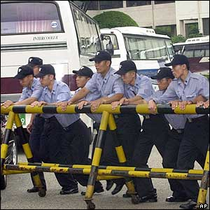 Riot policemen set up a barricade after buses carrying North Korean defectors arrived at a shelter house in Ansan, 27/07/04