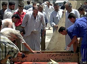 Iraqis make coffins for the dead