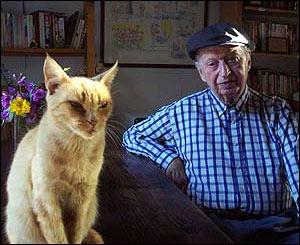 Volodia Teitelboim y su gata Miel. Foto: Manuel Toledo 2004.