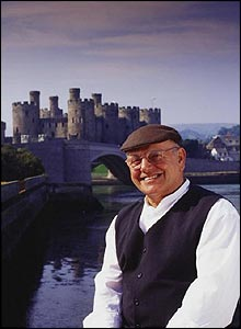 Fred Dibnah in front of Conwy Castle