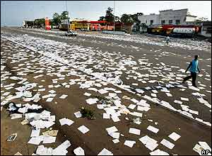 Yamoussoukro street littered with paper after looting