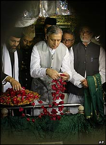 Pakistani Prime Minister Shaukat Aziz offers flowers at a shrine in India