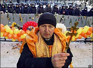 Ukrainian orthodox priest blesses demonstrators in front of riot police