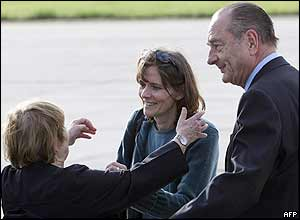Florence Aubenas is greeted by her mother, watched on by French President Jacques Chirac