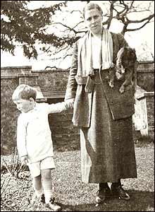 Dahl and his mother (1920)