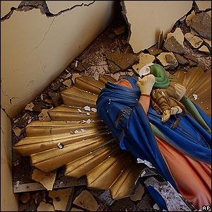 Estatua de la Virgen María destrozada en Huara, cerca de 80 kms al este de Iquique