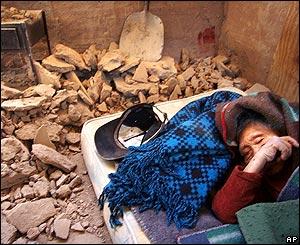 Juana García, de 104 años, duerme entre los escombros de su hogar en Huara