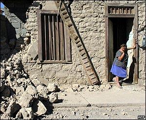 Eliana Saavedra a la entrada de su hogar destruido en Huara