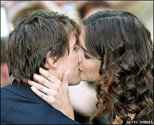 Tom Cruise and Katie Holmes kiss