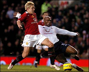 Alan Smith fights for the ball with Spurs' Noe Paramot