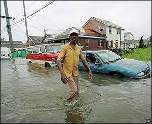 Elbert Curtis de New Orleans, camina por la calle inundada de su casa