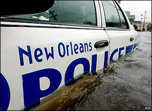 El auto de la pratrulla de policia de New Orleans, sumergido en el agua