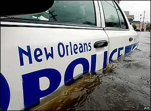 El auto de la pratrulla de policia de New Orleans, sumergido en el agua