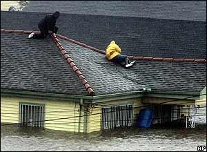El agua ha llegado a los techos de muchas casas en las zonas costeras. El presidente George Bush declaró el estado de emergencia en Louisiana y Mississippi.