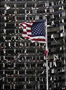 El huracán destruyó ventanas de numerosos edificios en ciudades de Louisiana, Alabama y Mississippi. Una batida bandera de EE UU se levanta enfrente del Hotel Hyatt en New Orleans, donde docenas de ventanas fueron destruidas por Katrina
