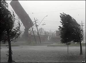 techo de un establecimiento vuela por el aire,en Kenner, Louisiana