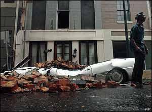 Griffen Eleby permanece cerca de su destruido auto en New Orleans