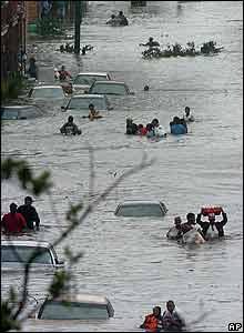 Nueva Orleáns era especialmente vulnerable porque gran parte de la ciudad queda por debajo del nivel del mar. Docenas de residentes se t rasladan por las calles inundadas de New Orleans