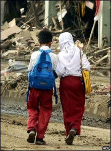 Children on their way to school in Banda Aceh, 26 Jan